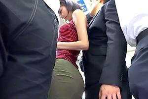 湊莉久 バス痴漢。ミニスカ女子大生の巨尻に男のチンポがジャストフィット!