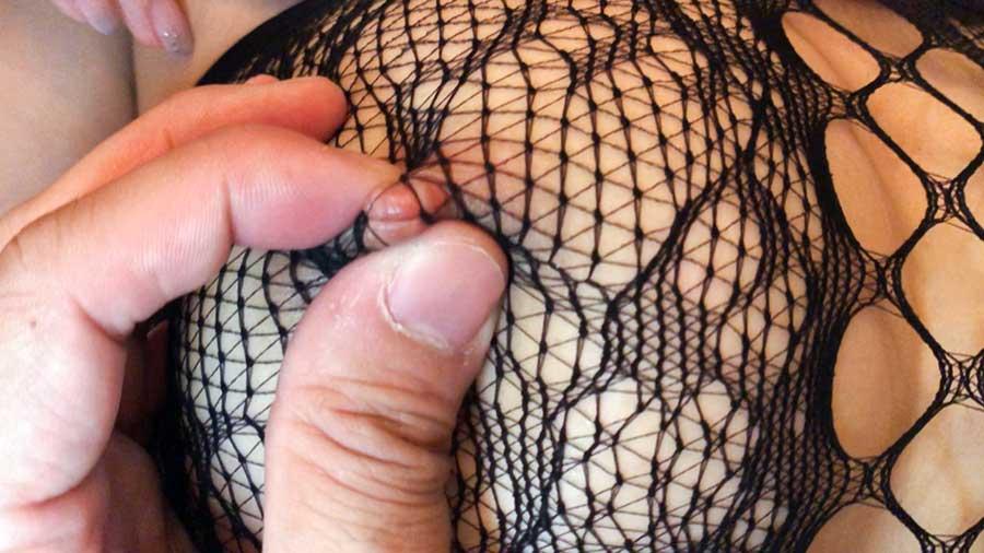 【スマホ撮影】全身網タイツが超エロい爆乳美女とのハメ撮りSEX動画