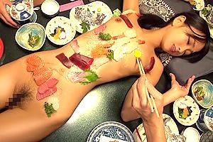 竹田ゆめ 女体盛りからの大乱交。美少女をデカチンで犯しまくる温泉旅行