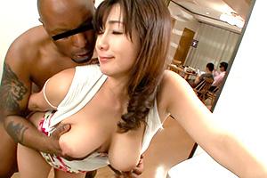 【熟女】宮部涼花 ホームステイ中の黒人のデカチンに興奮!