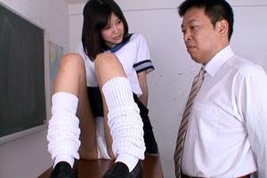 葵つかさ 超ミニな制服スカートでパンチラ見せつけ!担任を挑発する女子校生