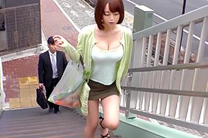 【痴漢】ミニスカ巨乳のエロい人妻発見!尾行したろ。