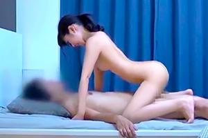 【盗撮】脱衣ゲームで盛り上がった後に勢いで女の子を押し倒す!