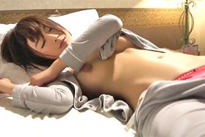 向井藍 寝顔が可愛すぎる…。出張先で相部屋になった女子社員を夜這い!