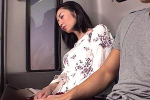 五十嵐潤 バスで居眠りする熟女を痴漢!久しぶりのSEXの快感を拒めず…