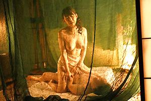 【熟女】五十路素人が蚊帳みたいな部屋でセックスしてる