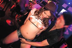 【ギャル】ムッチリ美尻のテキーラガールを店内で脱がせてハメる!