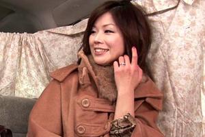 【人妻】車内で手マンされた奥様がナンパ師に抱かれるSEX動画