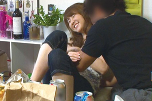 【盗撮】イケメンの手マンに欲情した熟女人妻のSEX隠し撮り動画