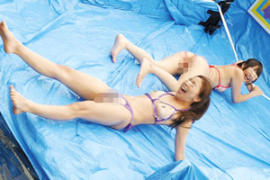 ローションスライダーで落下した水着美女が手マンされる罰ゲームSEX動画