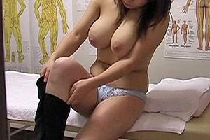 【素人】肩こりに悩む巨乳おっパブ嬢を手マンしてハメる歌舞伎町マッサージ動画