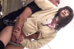 コンビニで買い物中の制服JKが手マン痴漢されてしまうレイプ動画