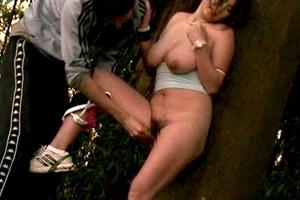 巨乳を揺らして走る美ジョガーを手マンする野外SEX動画