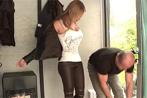 【マジックミラー号】ウクライナの美人記者を性感マッサージでハメる!
