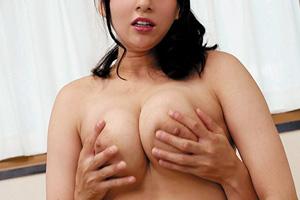 二宮和香 三島奈津子 義理の息子に手マンされた義母が童貞を奪う筆下ろしSEX動画