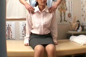 【素人】整体師の手マンで発情した丸の内OLのマッサージSEX動画