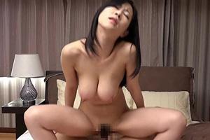 菅野さゆき セックスに飢えたママ友がご近所の息子に手マンさせるSEX動画