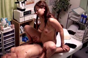 佐々木恋海 偶然を装って手マンされた丸の内OLのマッサージSEX動画