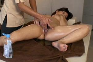 オイルマッサージ中の手マンで性欲が頂点に達した巨乳人妻が挿入懇願するSEX動画