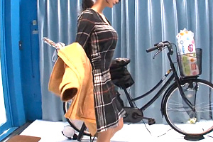 【マジックミラー号】美人妻がアクメ自転車に股がる!「こっち見てません?」