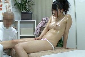 マッサージ中に手マンした人妻と夫に内緒でする寝取りセックス動画