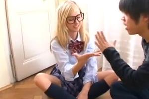 【素人】ブロンドの東欧美少女に日本のJK制服を着せて中出しSEX!