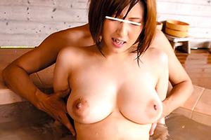 【痴漢】混浴に来た巨乳美女を襲って媚薬を塗り込んだバイブで責める!