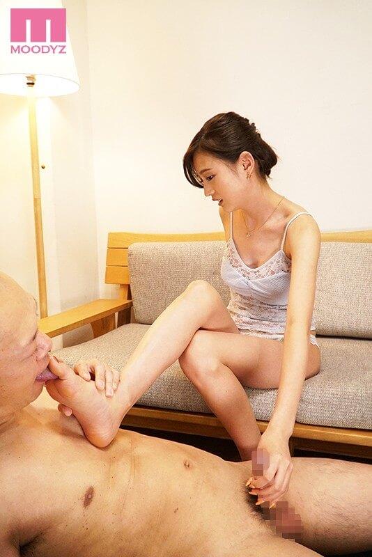 九州で発掘した細身巨乳の現役女子大生デビュー 三咲美憂