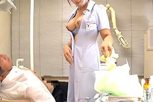 【痴女】もの凄い美乳の歯科助手が手コキと乳首責めで男の反応を楽しむ…