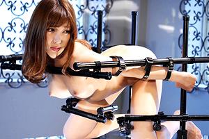 明日花キララ 鋼鉄の拘束器具で固定された巨乳アイドルを犯しまくる!