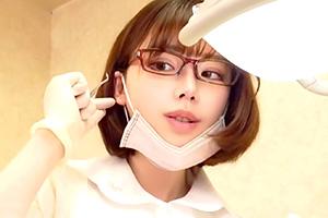 深田えいみ これは痴女だな。メガネ歯科助手がこっそりキスと乳首いじり…
