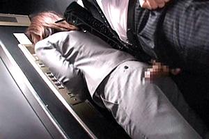 【痴漢】泥酔熟女にエレベーターの中でチンコを擦り付けた結果…