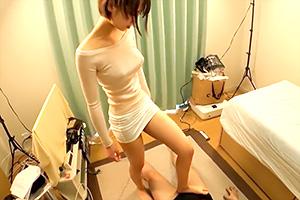 【足フェチ】生足の女の子に踏まれて勃起してる私は変態です