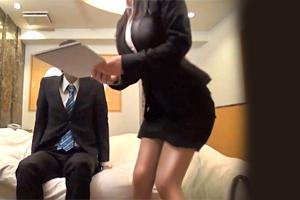 【素人】スーツ越しのボディラインがエロい同僚OLとラブホで中出しSEX!