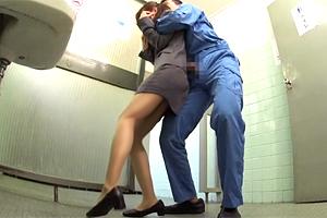 【レイプ】作業現場にタイトスカートで来たOLをトイレで犯す!