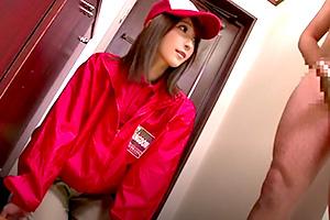 ピザデリバリーの美少女店員に勃起チンポを見せつけた結果…