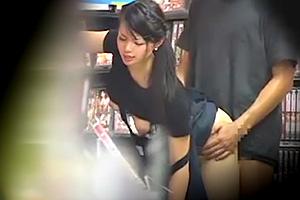 【盗撮】「店員さんヤラしてよ。」頼まれたら断りきれないビデオ店員とパコる
