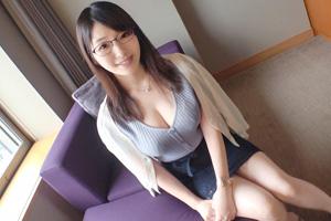 【シロウトTV】メガネが似合う知的なルックスとFカップ巨乳がソソる京都の美人妻とのSEX動画