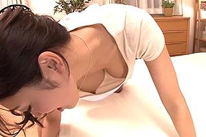 小早川怜子 嫁の胸チラにドキッ!前屈みで無防備なノーブラ乳首に欲情