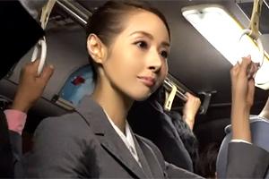 【痴漢】「えっ、私を狙ってるの?」汗だくの熟女OLを満員バスで犯す!