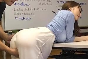 篠田ゆう マキシワンピが巨乳ボディに張り付いた巨乳美女と着衣SEX!