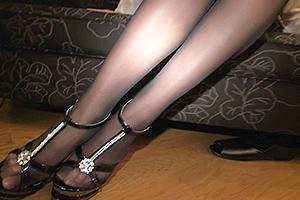 春原未来 通野未帆 黒ストッキング美脚がエロすぎる美人OL!ハイヒールを履いたままちんぽを足責め!