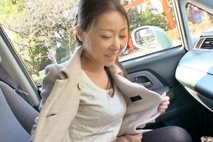 山口翠 京都から来た露出願望の素人変態妻が街なかでオマンコ露出の快感に震えて拘束状態の電マでアクメ