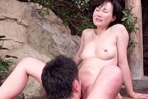 赤坂ルナ 熟女が息子と温泉で近親相姦セックス!禁断の親子愛に目が離せない!