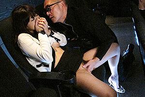 西野翔 映画館で痴漢に遭遇!寝ている彼氏が隣にいるのにNTR立ちバックでガン突き!