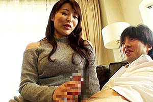 桜井彩 巨乳痴女がM男クンの自宅に強制訪問、乳首舐め手コキでSプレイ!