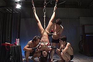 月島ななこ 緊縛拘束された巨乳美女を宙吊りにしてSM拷問レイプ!電マやローターで身体中を凌辱される!