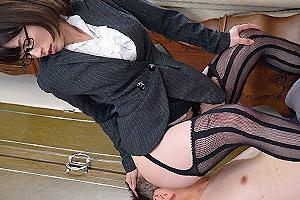 奥田咲 ガーターベルトにスーツ姿のメガネ痴女!M男の顔面に美尻を押しつけるw
