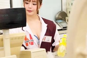 小倉由菜 美少女がコンビニ店内でセックス!胸元をチラ見せて誘惑するアルバイト店員