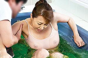 風間ゆみ お風呂に転落して爆乳がスケスケの熟女母!欲情した息子に襲われ近親相姦中出しファック!